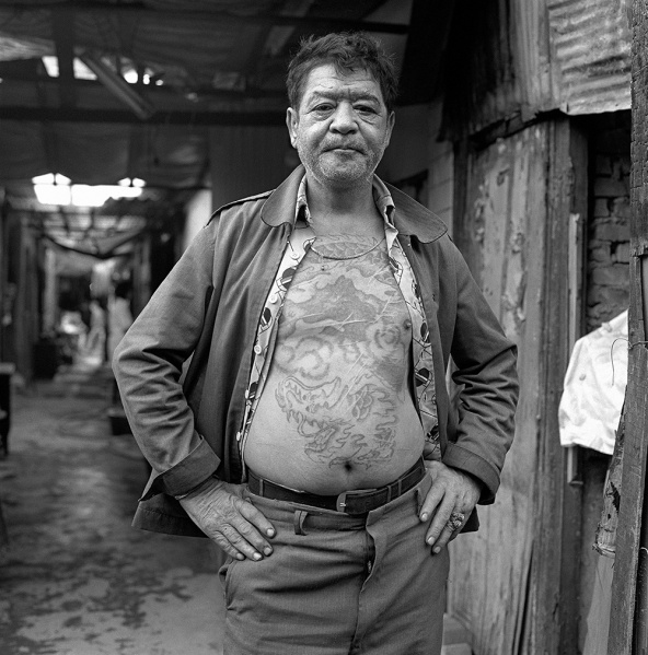何經泰作品《都市底層》之一。土生(綽號蒙古),新疆維吾爾族。無業。1949年國民政府撤退,土生率領眾兄弟逃到巴基斯坦,輾轉來到台灣。除役後,幫總統府參議拉黃包車。參議死後,失去依靠,混進萬華黒社會,殺過人,坐過牢,看守過男廁。「酒」是他唯一的伙伴。(圖片來源/台灣當代藝術資料庫)